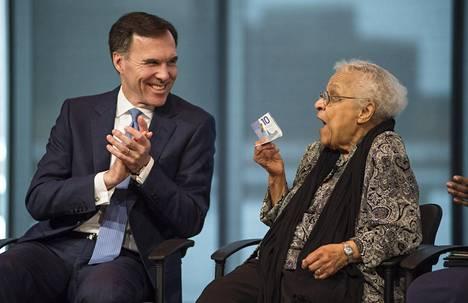 Wanda Robson leyhyttelee kädessään seteliä, johon on painettu hänen siskonsa Viola Desmondin kasvot.