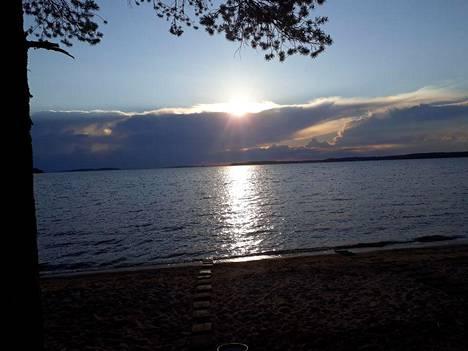 Auriko pilkotti pilvien takaa Saimaan illassa.