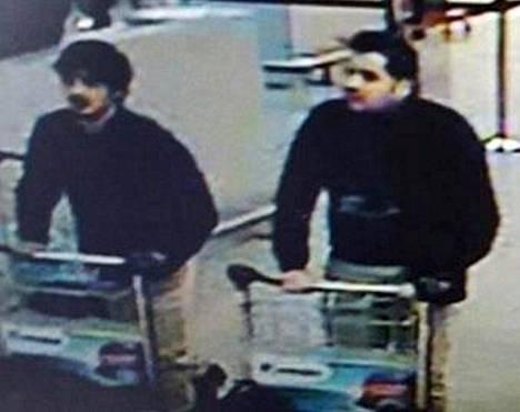 Brahim näkyy Zaventemin lentokentän aulan valvontakamerakuvassa.