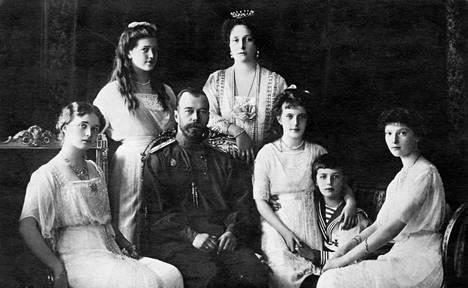 Yksi kuuluisimmista kuvista perheestä, joka koki julman kohtalon. Nikolai II ja Aleksandra poseeraavat lastensa Olgan, Marian, Anastasian, Aleksein ja Tatjanan kanssa vuonna 1914.