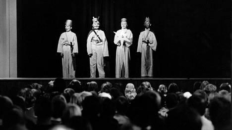 Tiernapojat ovat esiintyneet Oulun seudulla koulujen joulujuhlissa vuosikymmenien ajan. Kuvassa esiintyjiä vuonna 1969.