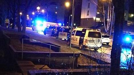 Paikalla oli ennen puoltayötä useita poliisiautoja.