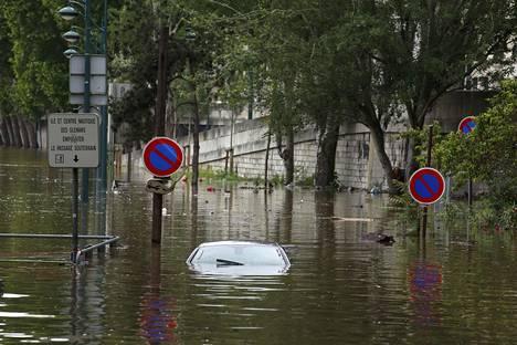 Hylätty auto Seinen rannalla.