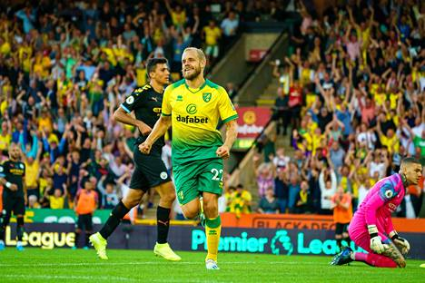 Kauden kuudes! Teemu Pukki vei Norwichin 3–1-johtoon tuikkaamalla pallon kärkkärillä sisään maalin edustalta.