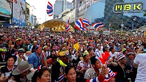 Hallitusta vastustavat mielenosoittajat tukkivat katuja ja saartoivat äänestyspaikkoja Bangkokissa.