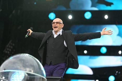Uotinen esiintyi Uusi Lastensairaala -hyväntekeväisyyskonsertissa vuonna 2015.
