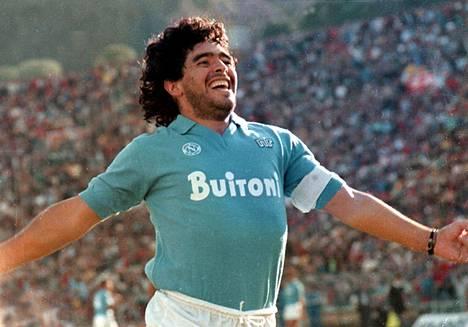 Maradona Napolin paidassa.