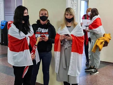 Vilnassa Raman Pratasevitshia kaivanneet, oppositiotunnuksin varustautuneet kannattajat joutuivat odottamaan turhaan. Oppositioaktivisti Pratasevitsh oli jäänyt välilaskulla Minskissä Valko-Venäjän poliisin pidättämäksi.