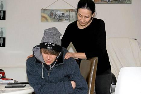 Arssin äiti Heli Tikkanen auttaa, kun Arssi haluaa liikahtaa tuolissaan muutaman sentin. Arssin asento ja paikka pysyy muuttumattomana tunnista, vuorokaudesta ja viikosta toiseen.