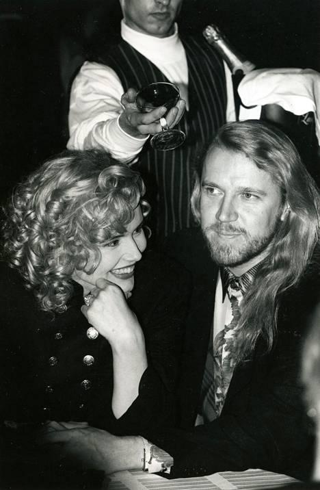 Renny Harlin ja Geena Davis kuvattuna 1993 Suomessa.