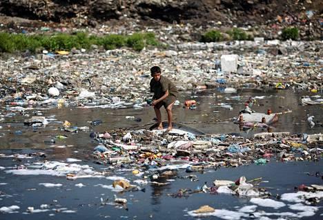 Poika jätteiden keskellä Kathmandussa 22. maaliskuuta 2013.