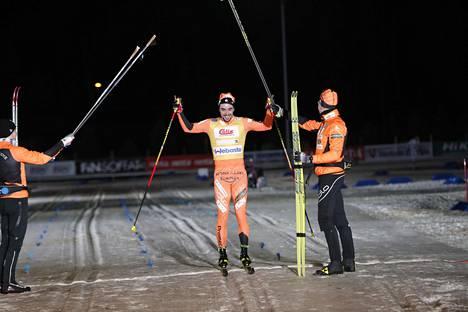 Jämin Jänne voitti Vantaalla kisatun hiihdon Suomen cupin viestin tammikuussa. Ristomatti Hakola tuuletti.