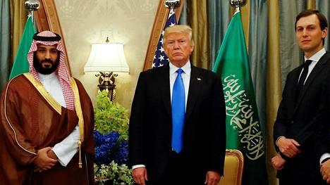 Saudi-Arabian prinssi Mohammad bin Salman, Yhdysvaltain presidentti Donald Trump ja presidentin vävy ja neuvonantaja Jared Kushner tapasivat Riyadissa toukokuussa 2017.