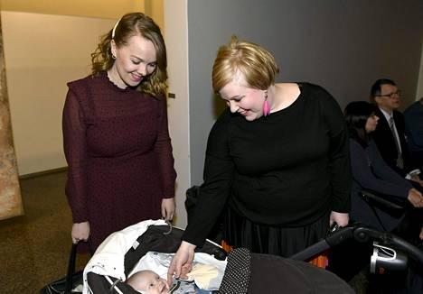 Katri Kulmuni tervehti Annika Saarikon poikaa Kaarloa keskustan talvikokouksessa tammikuussa.