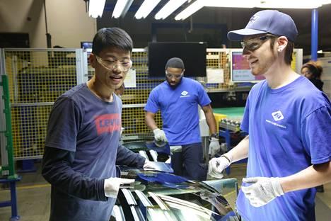 Oscarilla palkittu Amerikkalainen tehdas -dokumentti seuraa kiinalaisten omistaman tehtaan työntekijöitä Daytonissa, Ohiossa. Kuvassa Wong He, Kenny Taylor ja Jarred Gibson.