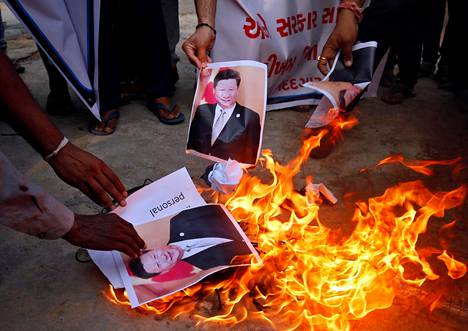 Rajavälikohtaus on heti nostattanut intialaisissa vihaa Kiinaa kohtaan. Mielenosoittajat polttivat presidentti Xi Jingpingin kuvan Ahmedabadissa tiistaina.