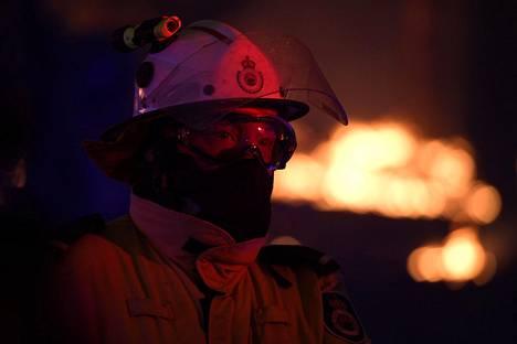 Palomies katselee tulta Mangroven alueella torstaina.