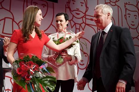 Varapuheenjohtajiksi valitut Sanna Marin (vas.) ja Maarit Feldt-Ranta saivat onnittelut jatkavalta puheenjohtajalta Antti Rinteeltä Sdp:n puoluekokouksessa Lahdessa 4. helmikuuta 2017.