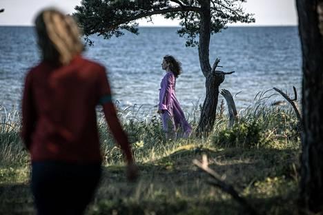 Onerva (Satu Tuuli Karhu) on huolissaan herkästä Serafinasta (Marjaana Maijala).