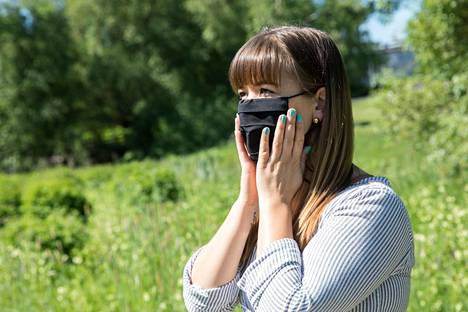 Kasvomaskia ei tulisi kosketella käytön aikana. Jos maskin asentoa täytyy korjata, se on syytä tehdä nauhojen avulla.