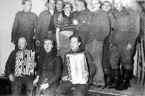 Muusikot viihdyttivät sotilaita rintamakiertueilla. Naisten puute näkyi esityksessä.