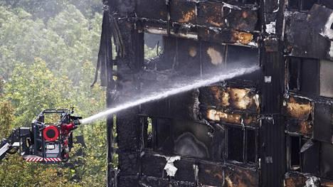 Tuhoisan palon jälkisammutustyöt jatkuivat 15. kesäkuuta.