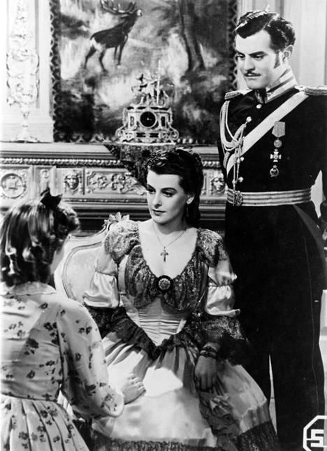 Elokuvassa Kaivopuiston kaunis Regina (1941) esiintyvät Regina Linnanheimo (vas.), Ester Toivonen ja Tauno Palo.