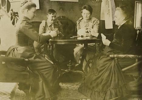 Hanna Levander (vas.), Alma Tervo, Maiju ja Minna Canth pistivät skruuvipelin pystyyn Minnan Salongissa 1800-luvulla.