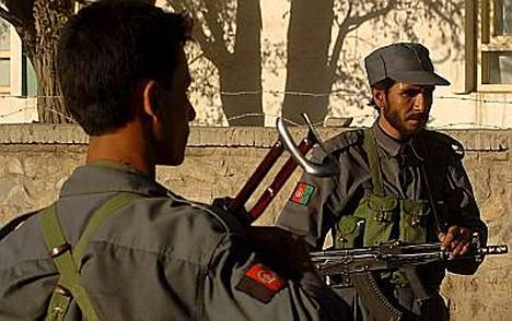 Afganistanilaisia poliiseja vahdissa Ghaznissa.