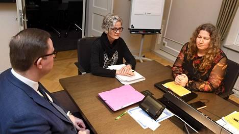 Posti- ja logistiikka-alan unioni PAU:n puheenjohtaja Heidi Nieminen (oik.) sekä Palvelualojen työnantajat Palta ry:n toimitusjohtaja Tuomas Aarto (vas.) jatkoivat TES-neuvotteluja valtakunnansovittelija Vuokko Piekkalan johdolla Helsingissä 13. marraskuuta 2019.