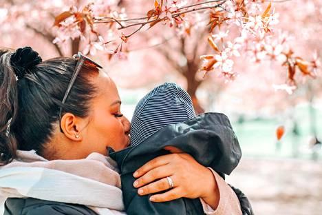 Ajatus siitä, että hyvän äidin tulisi tuntea tietyllä tavalla, on monelle tuttu.