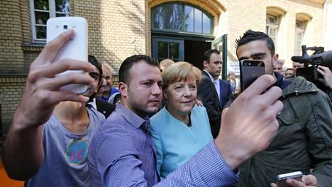 Huhujen kohteena oleva kuva on otettu samassa tilanteessa kuin tämä kuva. Najim Laachraouiksi väitetty mies kuvassa oikealla.