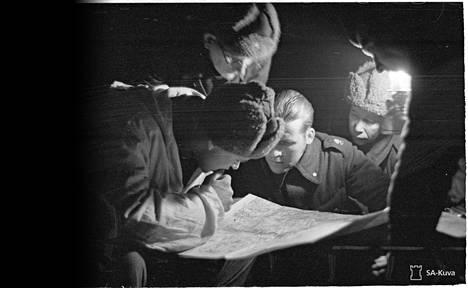 Neuvostoliitto vaati Suomelta alueluovutuksia ennen talvisotaa ja tarjosi vastineeksi pinta-alaltaan paljon suurempia alueita Karjalasta. Aluetarjoukset olivat kuitenkin vain Neuvostoliiton keino pelata aikaa. Kuvassa suomalaiset sotilaat tutkivat kartalta uutta rajaa, joka määrättiin talvisodan päätteeksi. Kuva on otettu Kuhmossa 13. maaliskuuta 1940.