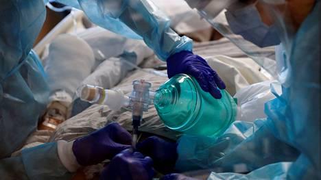 Koronaviruspotilaita hoitanut lääkäri varoittaa, että rokotteen antaminen on myöhäistä, jos potilas on jo joutunut sairaalaan.