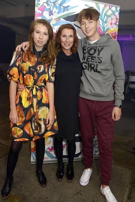 Aina ja Hugo ovat kasvaneet hurjasti. Erja poseerasi pitkänhuiskeiden lastensa kanssa Gloria Fashion Show'n kutsuvierasnäytöksessä perjantaina.