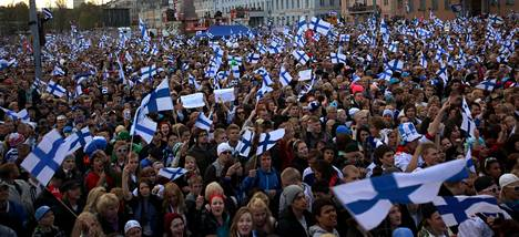 JVG esiintyi valtavalle yleisömerelle Helsingin Kauppatorilla.