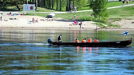 Turisteja kuljettavat jokiveneet ovat töissä Rovaniemen keskustan edustalla jo toukokuussa.