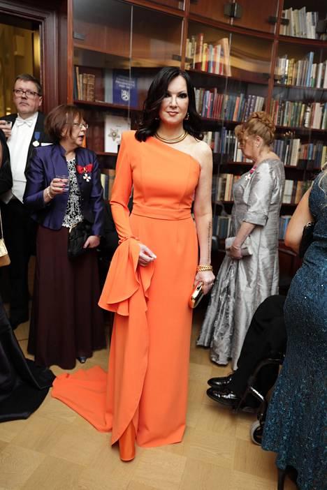 Elina Kanerva luotti tänä vuonna oranssiin iltapukuun, jossa oli vain yksi hiha.