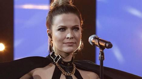 Laulaja Jenni Vartiainen lukee suomen pisteet Euroviisuissa.