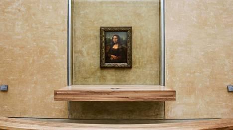 Leonardo da Vincin mestariteos Mona Lisa on näytteillä Louvressa, Pariisissa.