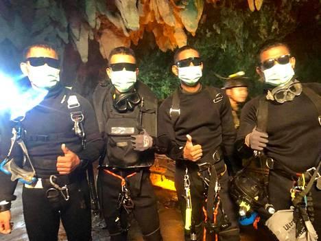 Kuva Thai Navy SEALS -yksikön sukeltajista, jotka pysyttelivät poikien luona luolassa.