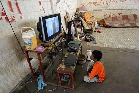 Jemeniläinen pakolaislapsi katselee televisiota koulussa, jota nykyisin käytetään pakolaisten majoittamiseen Adenin kaupungissa. Kansainvälisten ja paikallisten avustusjärjestöjen mukaan noin 40000 ihmistä on joutunut jättämään kotinsa eteläisessä Jemenissä, kun taistelut islamistien ja Jemenin armeijan välillä ovat kiihtyneet. Islamistitaistelijoilla on yhteyksiä al-Qaidaan ja he ovat saaneet jalansijaa eteläisestä Jemenistä. Islamistit hyötyivät pitkään venyneestä poliittisesta kriisistä, joka teki lopun presidentti Ali Abdullah Salehin vallasta. Jemenin Armeija on viikkojen ajan moukaroinut Etelä-Jemeniä kukistaakseen alueen kapinalliset. Armeija sai hallintaansa Shuqran kaupungin, joka oli viimeinen iso al-Qaedan tukikohta Abyan maakunnassa.