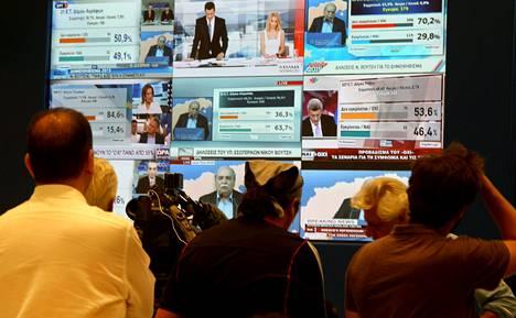 Kreikkalaiset ja ulkomaiset toimittajat seurasivat ääntenlaskentaa konferenssikeskuksessa Ateenassa.