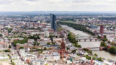 Saksassa purettiin kuun alussa koronarajoituksia. Ilmakuva Frankfurtista.