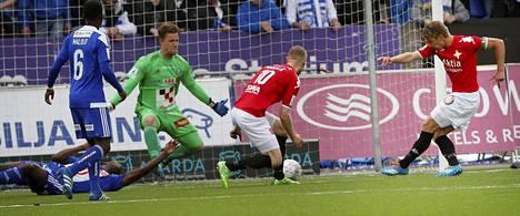 Esa Terävä (oik.) viimeistelee tasoitusmaalinsa Stadin derbyssä torstaina.