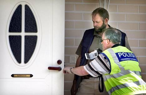 Paula Björkqvist murhattiin perheen kotona. Poliisit tutkivat tapahtumapaikkaa heinäkuussa 2006.