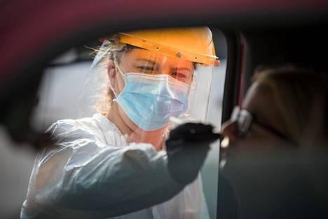 Floridassa noin 14 prosenttia kaikista koronavirustesteistä on positiivisia. Asiantuntijoiden mukaan rajoituksia voisi purkaa, kun positiivisten testien osuus on enintään viiden prosentin luokkaa.