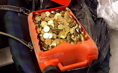 Turun parkkimittareista kavallettiin rahaa. Kuvassa poliisin julkaisema kuva yhdestä parkkirahakätköstä.