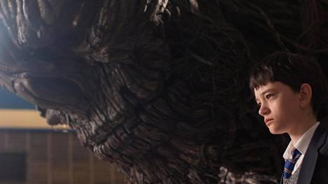 Lewis MacDougall näyttelee vakuuttavasti yksinäistä ja kärsivää 12-vuotiasta Conoria, joka saa säännölliseksi yövieraakseen marjapuusta repeytyneen hirviön.