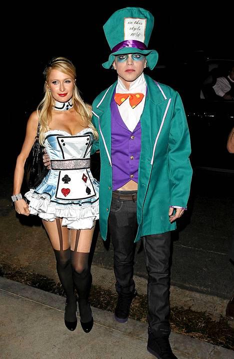 Paris Hilton ja River Viiperi nähtiin Halloween-bileissä Liisa ihmemaassa -teeman asuissa.